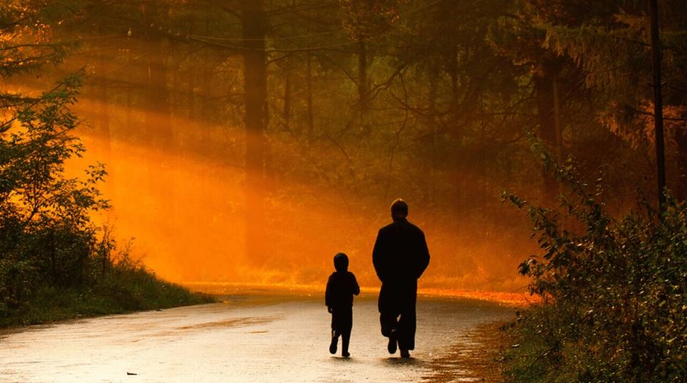 otec i syn beseduyut ob izobilii